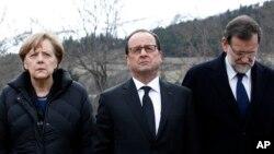 Thủ tướng Đức Angela Merkel (trái), Tổng thống Pháp Francois Hollande (giữa), và Thủ tướng Tây Ban Nha Mariano Rajoy đến viếng các nạn nhân ở phía trước ngọn núi nơi chiếc máy bay của hãng Germanwings rơi hôm thứ Ba, ở Le Vernet, Pháp, núi Apls, 25/3/2015/.
