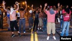 Zanga-zangar a Ferguson, Missouri ga 17 Augusta 2014.
