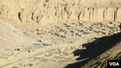 شماری از عودت کنندگان از ایران و پاکستان به دلیل نداشتن سرپناه در مغاره های کوه در بامیان پناه آورده اند.