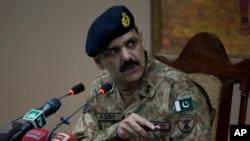 Juru bicara militer Pakistan, Asim Bajwa berbicara pada media tentang serangan Taliban di sebuah sekolah di Peshawar, Pakistan, 16 Desember 2014. (Foto: dok.)