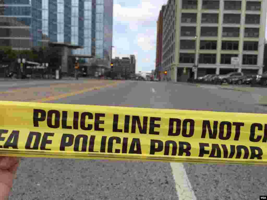 Murieron cinco oficiales y otros siete resultaron heridos por el ataque premeditado de un francotirador, al final de una protesta pacífica contra la violencia policial. También fueron heridos dos civiles.
