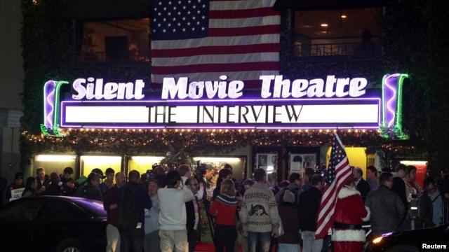 Khán giả xếp hàng trược rạp chiếu phim ở Los Angeles, California để mua vé xem phim The Interview 24/12/14