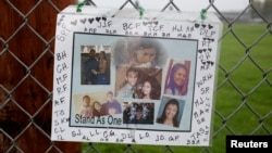 Sebuah foto untuk mengenang korban penembakan dipasang di luar SMA Marysville-Pilchuck di Marysville, Washington (Foto: dok).