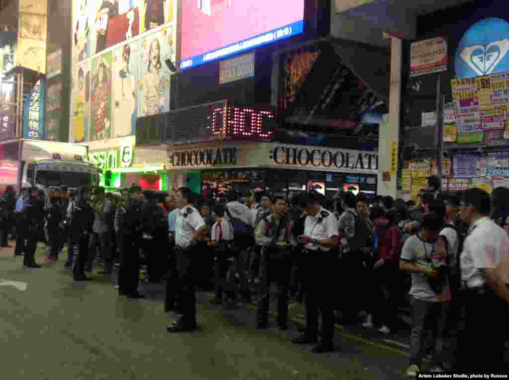 香港街头警民对峙数千人围观 (美国之音海彦拍摄)