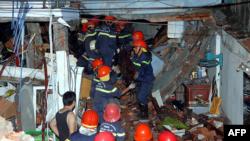 Nhân viên cứu hỏa tìm kiếm người sống sót sau vụ nổ lớn tại TPHCM, ngày 24/2/2013.