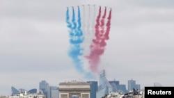 Sembilan jet Angkatan Udara Perancis menghiasi langit di atas kota Paris dengan tiga warna bendera negara itu dalam peringatan Hari Bastille (14/7).