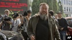 Seniman pembangkang Tiongkok, Ai Weiwei meninggalkan gedung pengadilan di Beijing (27/9). Pengadilan