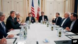 伊朗外交部長扎里夫(右二)和美國國務卿克里(左二)6月28 日在維也納舉行核會談。