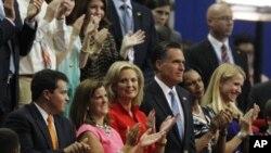 ရီပတ္ဘလီကင္သမၼတေလာင္း Mitt Romney၊ ဇနီး အဲန္းနဲ႔ ႏိုင္ငံျခားေရးဝန္ႀကီးေဟာင္း Condoleezza Rice(ယာ)
