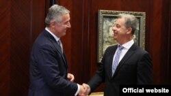 Predsjednik Crne Gore Milo Đukanović rukuje se sa glavnim tužiocem Međunarodnog rezidualnog mehanizma za krivične tribunale UN, Seržom Bramercom (rtcg.me)