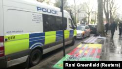 خودرو رسمی سفیر اوکراین در لندن خالی بود و کسی بر اثر برخورد ماشین به آن و تیراندازی ماموران آسیب ندید.