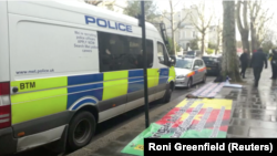 Полицейский автомобиль у здания посольства Украины в Лондоне, 13 апреля 2019 года