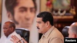 Prezidan Nicolàs Maduro ki tap pale nan yon rankont kabinè ministeryèl la nan palè nasyonal la, Miraflores, nan Caracas, vandredi 1e desanm 2016 la.