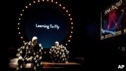 """Maniquíes en """"un traje de bombilla"""" delante de una exhibición de """"Aprender a volar"""" en la exposición 'Sus restos mortales' de Pink Floyd en el museo V & A en el oeste de Londres, el 9 de mayo de 2017."""