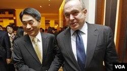Asisten Menlu AS Kurt Campbell (kanan) dan Wakil Menlu Korea Selatan Kim Jae-shin seusai pertemuan di Seoul, Kamis (27/10).