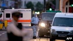 持刀砍人事件發生後,倫敦警方的一名法醫在羅素廣場勘察現場(2016年8月4日)