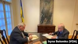 Генеральний консул України в Нью-Йорку Олексій Голубов та президент УВАН Альберт Кіпа підписують документи про передачу картину Україні