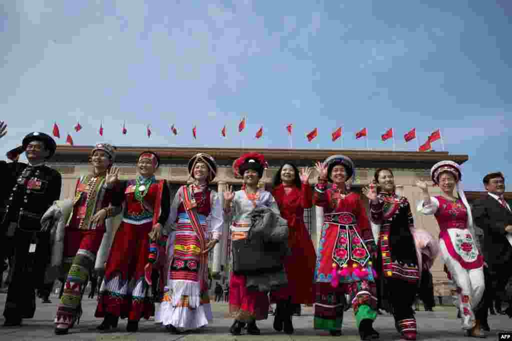 2018年3月19日,全国人民代表大会第七次全体会议结束后,身穿各民族服装的代表离开北京人民大会堂。
