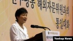 박근혜 한국 대통령이 11일 청와대 연무관에서 열린 '민주평통 해외자문위원과의 통일대화'에서 인사말을 하고 있다.
