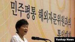 지난 6월 박근혜 한국 대통령이 청와대 연무관에서 열린 '민주평통 해외자문위원과의 통일대화'에서 인사말을 하고 있다. (자료사진)