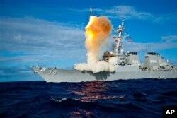 """美国""""霍珀""""号导弹驱逐舰演习发射导弹"""
