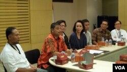 Romo Benny Soesetyo (kedua dari kiri) dan aktivis HAM Usman Hamid (ketiga dari kiri), serta tokoh masyarakat lain memberi dukungan pada KPK. (Foto: VOA)