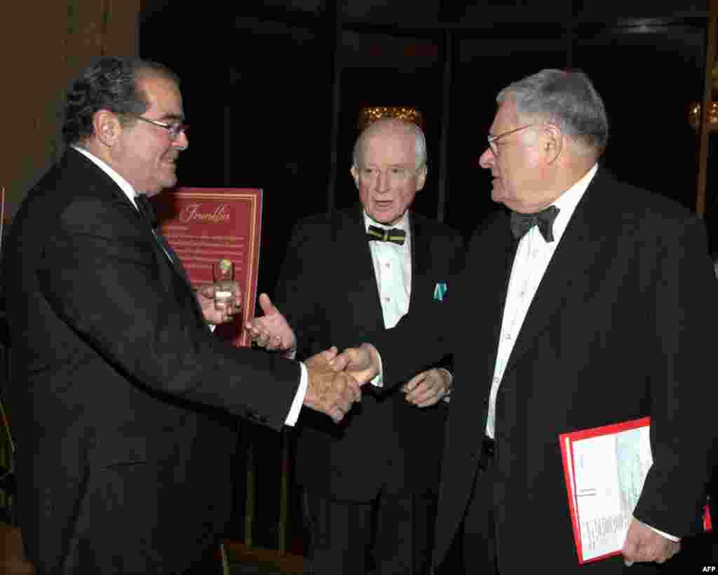 Член Верховного суда США Антонин Скалиа (слева), председатель Фонда культурного сотрудничества Джеймс Саймингтон (в центре) встречаются с гостями вечера