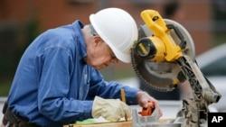 Jimmy Carter ha continuado construyendo casas para familias pobres, como aquí en Memphis, Tennessee, la semana pasada.
