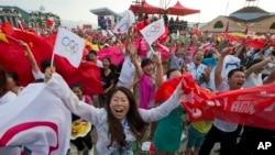 31일 베이징이 동계올림픽 개최지로 선정되자, 중국 북부 후베이성 스키 리조트 지역 주민들이 환호하고 있다.