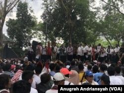 Ribuan masyarakat Batak melakukan demonstrasi di depan DPRD Sumut menolak pemusnahan babi. Senin 10 Februari 2020. (Courtesy: Anugrah Andriansyah)
