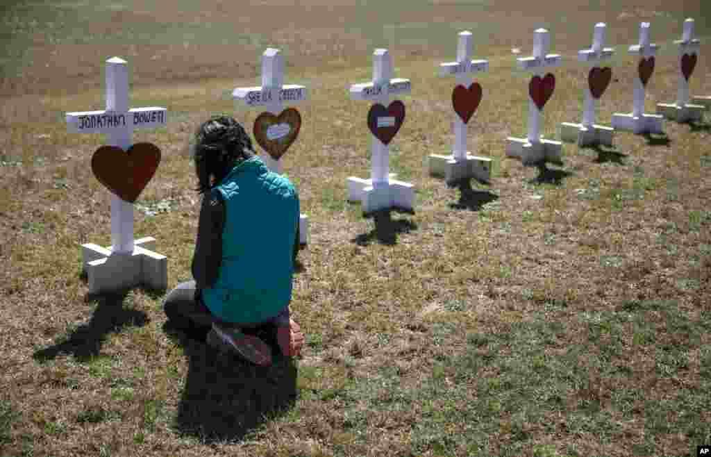 ادای احترام جسیکا تیلور، خواننده آمریکایی، به صلیب هایی که به یاد قربانیان توفان اخیر در آلاباما نصب شده است