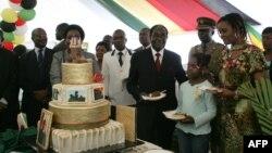 Presiden Zimbabwe Robert Mugabe (keempat dari kanan) dan ibu negara Grace Mugabe (kedua dari kanan) dalam pesta ulang tahun di istana negara. (AFP/Jekesai Njikizana)