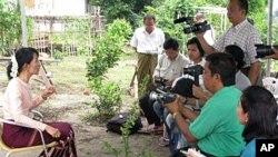 ملاقات آن سان سوچی با وزیر دولتی