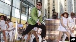 南韓的Psy在美國電視NBC的節目中表現他的歌曲'Gangnam Style' 。