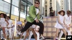 Ca sĩ nhạc rap Psy biểu diễn ca khúc ăn khách 'Gangnam Style,' thuộc dòng nhạc K-pop, trong chương trình 'Today show' của đài truyền hình NBC ở New York, Mỹ