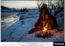 《荒野猎人》中的格拉斯(迪卡普里奥扮演)在严寒中取暖