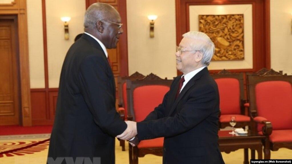 Tổng bí thư Nguyễn Phú Trọng (phải) tiếp Ủy viên Bộ Chính trị Cuba Salvado Valdés Mesa tại Hà Nội. Ảnh: TTXVN.
