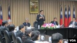 台灣總統馬英九視導陸委會重申九二共識(美國之音張永泰拍攝)
