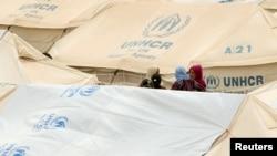 为逃离伊斯兰国暴力而背井离乡的妇女们在伊拉克的一处难民营(2016年6月17日)