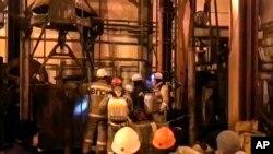 Dalam foto yang diambil dari tayangan video stasiun televisi Rusia, RU-RTR via AP menunjukkan tim penyelamat sedang menunggu elevator untuk turun ke dalam tambang garam potash di Solikamsk, wilayah Perm, dekat pegunungan Ural, Rusia, Sabtu, 22 Desember 2018.