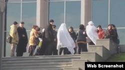 Milli Məclisin qarşısında etiraz (Görüntü meydan.tv saytının videosundandır)