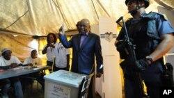 Le Premier ministre Thomas Thabane dépose son vote à Maseru, Lesotho, le 28 février 2015.