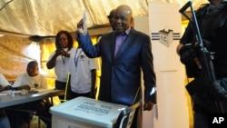 PM Thomas Thabane memasukkan kartu suara dalam pemilu di ibukota Lesotho, Maseru, 28 Februari lalu (foto: dok). Thabane kalah dalam pemilu dari PM Lesotho saat ini, Pakalitha Mosisili.