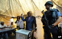 Thomas Thabane casts his vote in Maseru, Feb. 28, 2015.