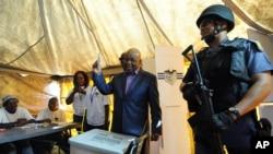 Le Premier ministre du Lesotho Thomas Thabane vote à Maseru, le 28 février 2015.