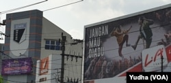 Reklame produk rokok terpajang di dekat salah satu sekolah SMK di Solo, Rabu, 20 November 2019. (Foto : VOA/Yudha)
