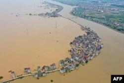 中国江西九江地区鸟瞰洪水泛滥灾情。(2020年7月13日)