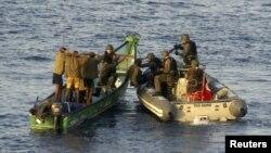 Infantes de marina turcos de la OTAN durante un procedimiento de captura de un bote con sospechosos de piratería en el Golfo de Aden.