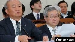 19일 한국 국회 외교통상통일위원회에 출석한 류우익 통일부장관(왼쪽)과 김성환 외교통상부장관.