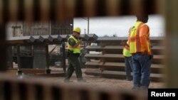 Para pekerja konstruksi membangun tembok perbatasan di Calexico, California yang berbatasan dengan Mexicali, Meksiko (foto: ilustrasi).